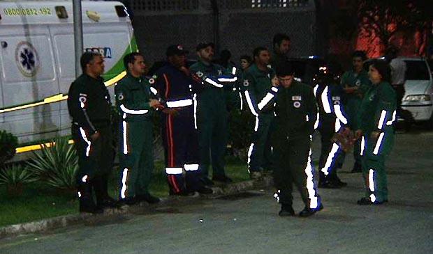 Socorristas esperam macas de volta para ambulâncias. (Foto: Reprodução/TV Gazeta)