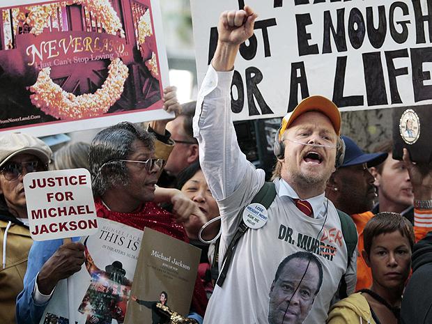 Fãs de Michael Jackson celebraram a decisão do lado de fora da Corte de Los Angeles (Foto: AP)