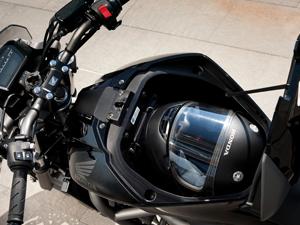 Espaço para bagagens comporta um capacete do tipo fechado (Foto: Divulgação)
