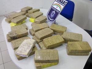 Mulher é presa com quase 34 Kg de pasta-base de cocaína na Zona Norte do Recife (Foto: Kety Marinho / TV Globo)