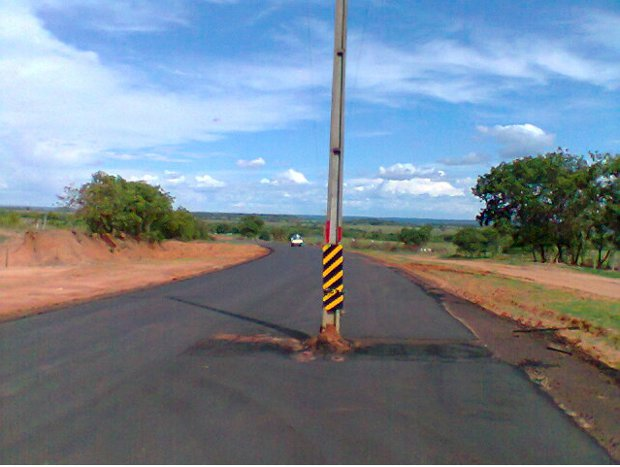 Rodovia MS-436 foi pavimentada em MS com um poste no meio da pista (Foto: Marcos Antônio/Alcinópolis.com)