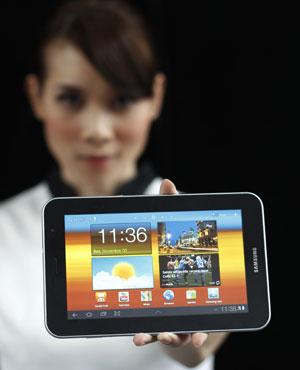Mulher mostra o tablet Galaxy Tab 7.0, da Samsung, concorrente do iPad, da Apple (Foto: Beawiharta/Reuters)