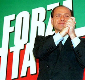 Silvio Berlusconi comemora após sua primeira eleição como premiê, em 1994 (Foto: AFP)