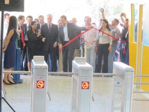 Prefeito inaugura a segunda estação de BRT em Guaratiba (Foto: Alba Valéria Mendonça/ G1)