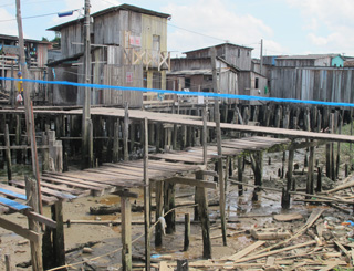 pobreza belém área de palafitas sem esgooto na beira do rio (Foto: Tahiane Stochero/G1)