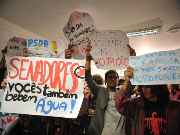Protesto de estudantes durante votação do Código Florestal nesta terça-feira (8) (Foto: Agência Brasil)