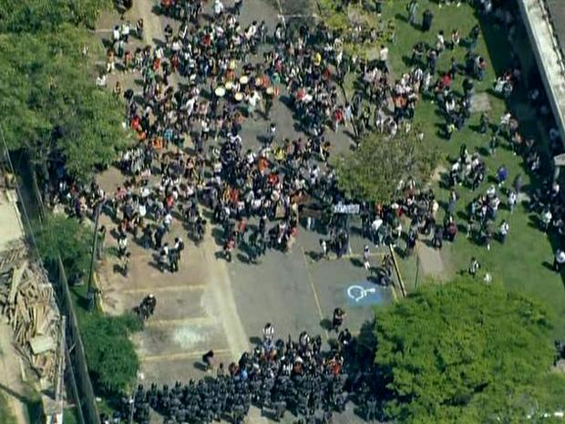 Estudantes tentaram entregar flores aos policiais da Tropa de Choque da PM (Foto: Reprodução/TV Globo)