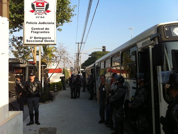 Ônibus com estudantes detidos na USP chegam ao 91º DP (Ceasa) (Foto: Kleber Tomaz/G1)
