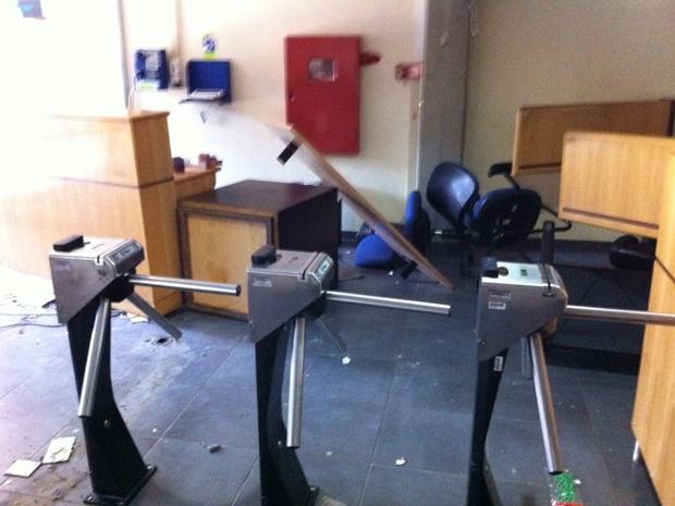 Móveis foram amontoados pelos estudantes (Foto: Juliana Cardilli/G1)
