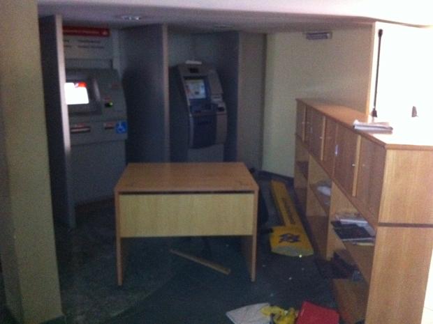 Caixas eletrônicos também foram danificados pelos estudantes que ocuparam a reitoria, segundo a PM (Foto: Juliana Cardilli/G1)