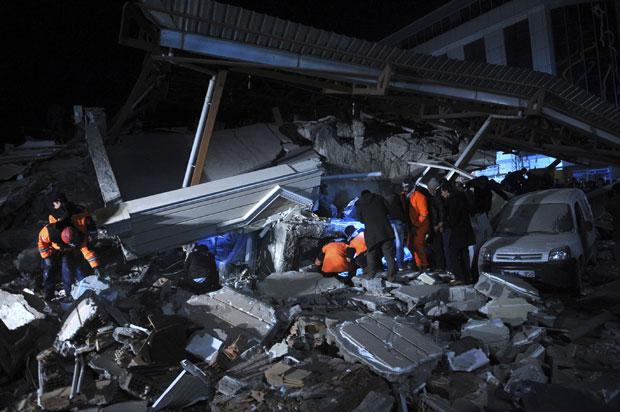 Oficiais buscam vítimas soterradas em escombros de um edifício desabado em Van nesta quarta (9) (Foto: Reuters/Evrim Aydin/Anadolu Agency)