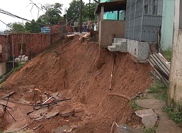 Chuva forte provoca desabamento no Santo Antônio Além do Carmo (Foto: Reprodução)