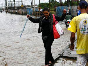 Alagamento na Avenida Nilo Peçanha, em Salvador (Foto: Gildo Lima/ Agência A Tarde/ AE)