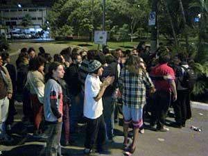Estudantes saem do prédio do IML e se reúnem na área da delegacia. (Foto: Rafael Oliveira Souza / G1)