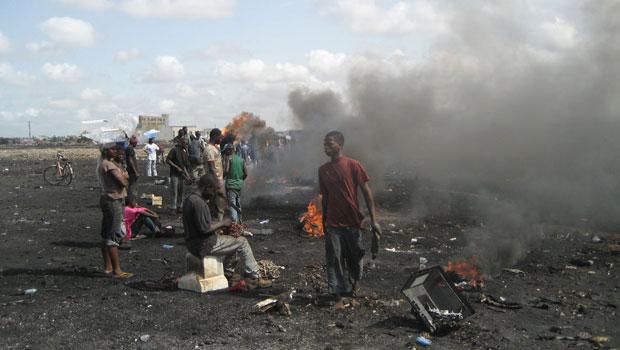 Recicladores queimam partes de monitores e equipamentos que não serão utilizadas ao ar livre, em Gana (Foto: Empa – ewaste)