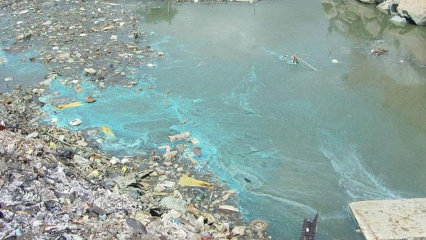Efluentes do processo de dissolução do cobre em circuitos eletrônicos escorrem para um rio em Taizhou  (Foto: Empa – ewaste)