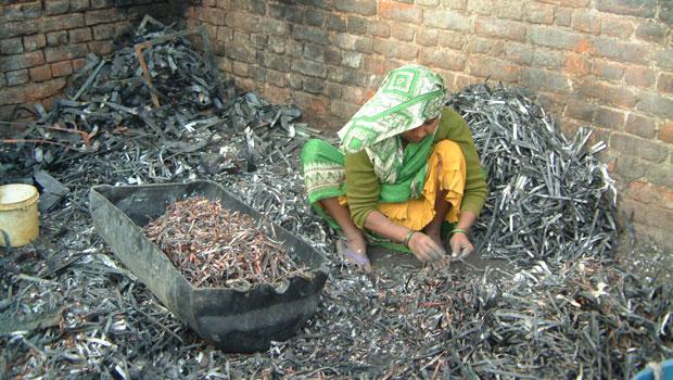 Mulher separa manualmente os fios de cobre de um circuito eletrônico em Nova Délhi, na Índia (Foto: Empa – ewaste)
