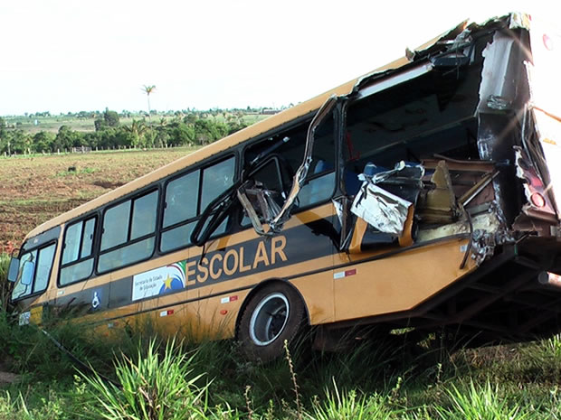 Acidente de ônibus (Foto: Ivan Pereira, JNMT)