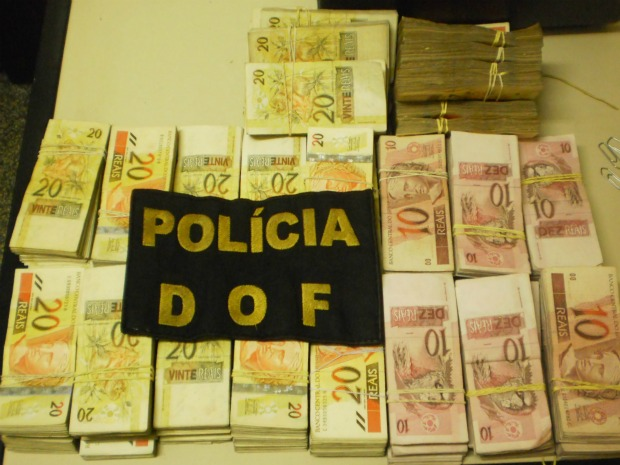 R$100,000 thrown from car involved in police chase.