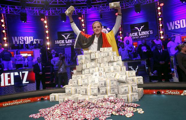 O alemão Pius Heinz comemora após ter vencido o 'World Series of Poker', na noite de terça-feira (8), em Las Vegas (Foto: Isaac Brekken/AP)