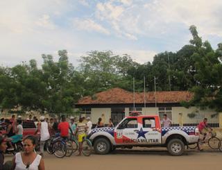 população cerca delegacia quando policia prende alguem (Foto: Tahiane Stochero/G1)