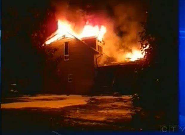 Incêndio destruiu casa em Nanaimo. (Foto: Reprodução/CTV)