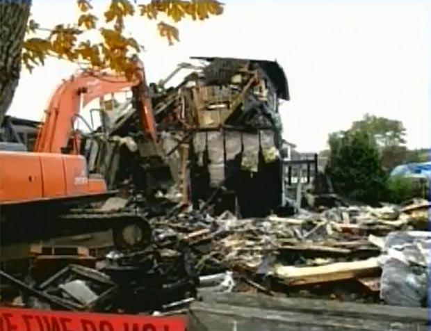 Casa ficou destruída pela incêndio. (Foto: Reprodução/CTV)