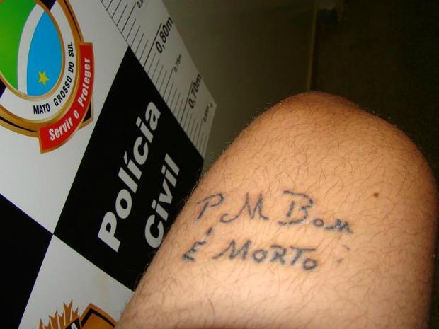 'PM bom é morto', diz tatuagem de jovem suspeito de roubo e morte em MS (Foto: Divulgação/Polícia Civil)