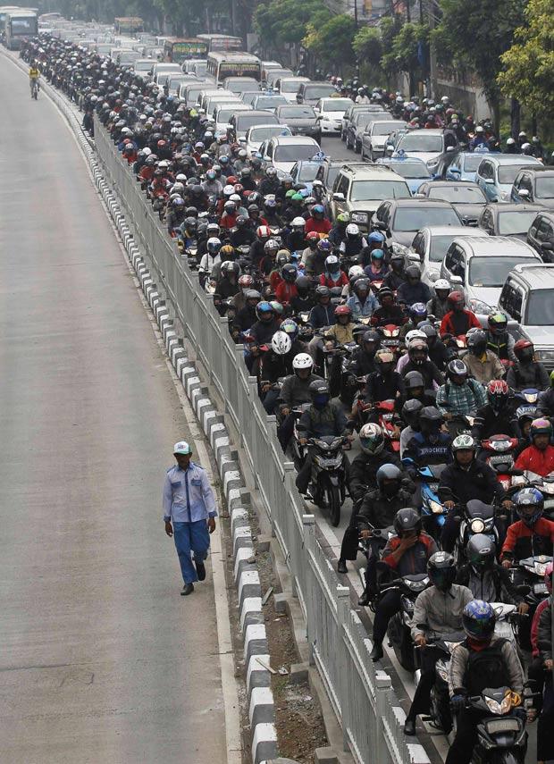 Motoristas e motociclistas enfrentam trânsito pesado em Jacarta. (Foto: Reuters)