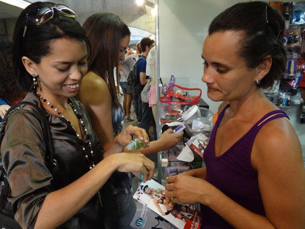 Jaquelina (à direita) prova gel aromático com amiga (Foto: Luna Markman/G1)