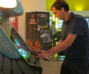 """André Sturm, diretor-executivo do MIS, joga """"Space Invaders"""" (Foto: Amanda Demetrio/G1)"""