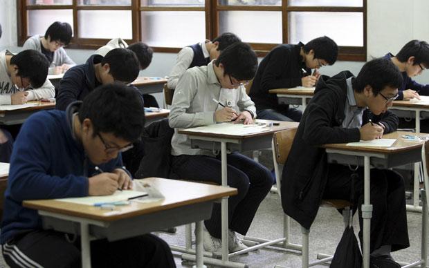 Estudantes fazem prova em sala de aula de colégio de Gwangju, a 324 km de Seul (Foto: Ahn Hyun-Joo/Newsis/Reuters)