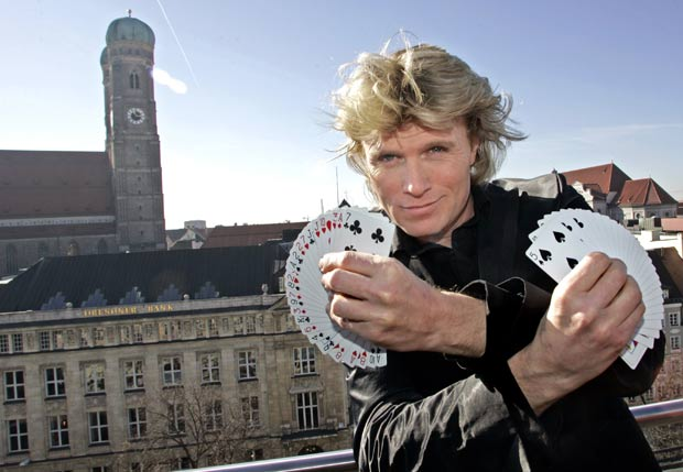 Hans Klok foi multado em 12.205 euros por usar truque de rival. (Foto: iether Endlicher/AP)