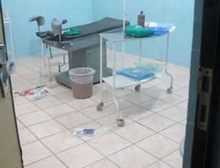 g1 entrou em sala de parto de hoispital e encontrou sujeira (Foto: Tahiane Stochero/G1)