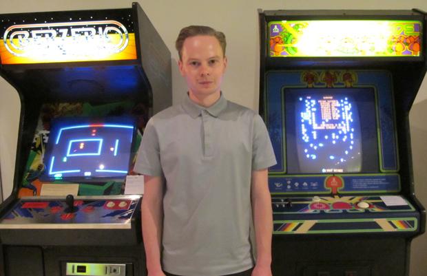 Patrick Moran, consultor da Game On, entre os fliperamas exibidos na exposição (Foto: Amanda Demetrio/G1)