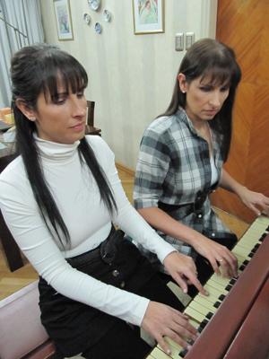 As gêmeas argentinas Paula e Fabiana Chávez, que sofrem da doença de Stargardt. (Foto: BBC)