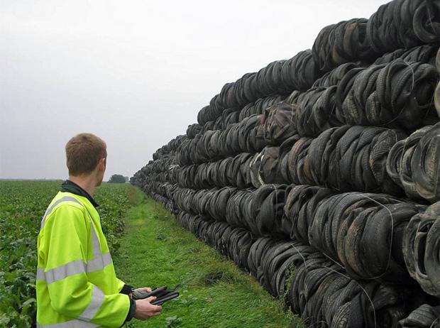 Pilha de pneus armazenados por Steele, condenado a 15 meses de prisão. (Foto: UK Environment Agency/Divulgação)