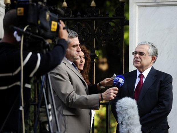 Lucas Papademos concede entrevista nesta quinta-feira (10) em frente ao palácio presidencial de Atenas. (Foto: AFP)