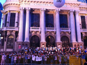 Público se concentra em frente ao Theatro Municipal (Foto: Paulo Toledo Piza / G1)
