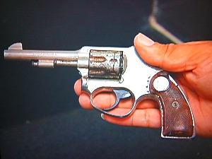 Aluno de 13 anos leva revólver para a escola onde estuda, em Vitória (Foto: Reprodução/TV Gazeta)