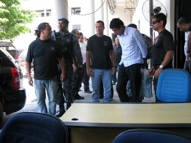 Nem deixa prédio da Polícia Federal para seguir para presídio (Foto: Thamine Leta/G1)
