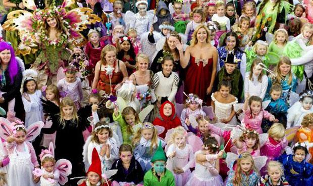'Elfos mais bonitos da Holanda' posam para foto em parque de diversões (Foto: AFP)