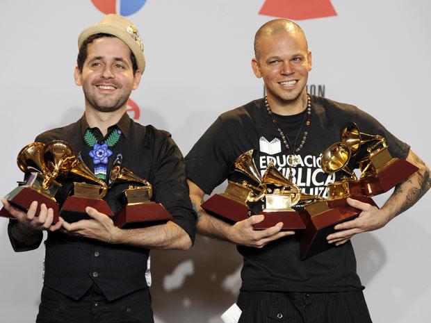 René Resident Pérez e Eduardo Visitante Cabra exibem os prêmios obtidos no Grammy Latino. (Foto: Chris Pizzello / AP Photo)