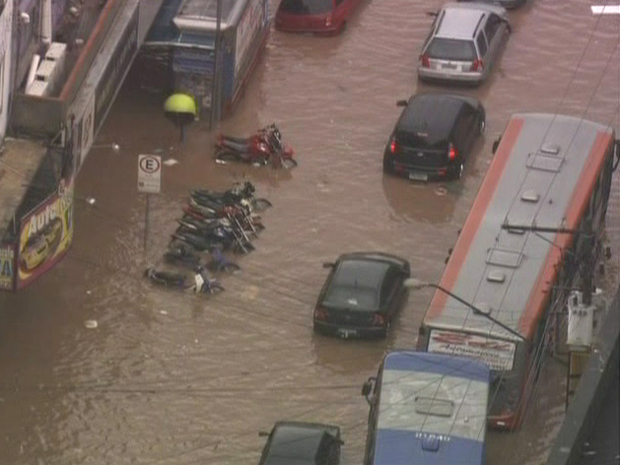 Ruas ficaram intransitáveis por conta da chuv (Foto: Reprodução/ TV Globo)
