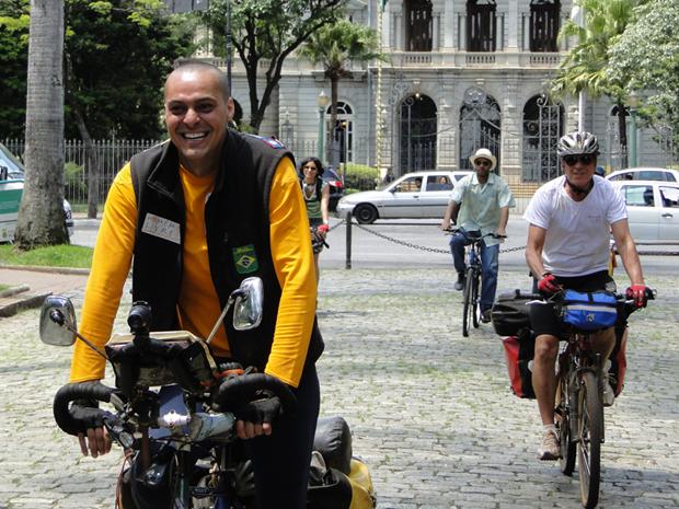 Danilo Perrotti Machado chega às 11h11 de 11/11/11, depois de volta ao mundo de bicicleta em três anos, três meses e três dias (Foto: Alex Araújo)