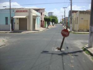 Placa de 'pare' alerta sobre buraco em rua de Camocim (Foto: Tadeu Feitosa / Camocim Online)