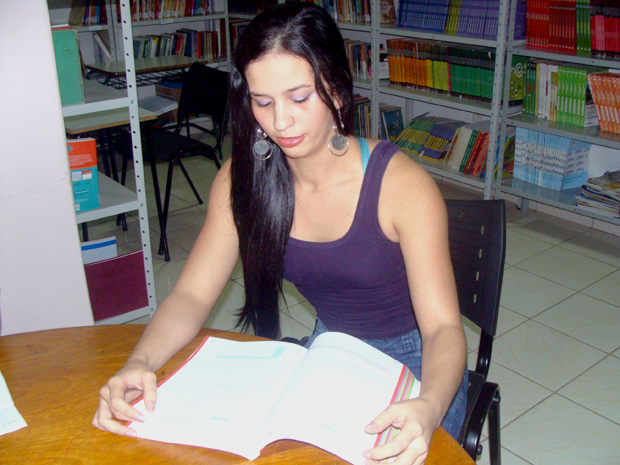 Detenta Francielle de Oliveira, do presídio feminino de Campo Grande, se prepara para o Enem prisional (Foto: Leandro Abreu/G1 MS)