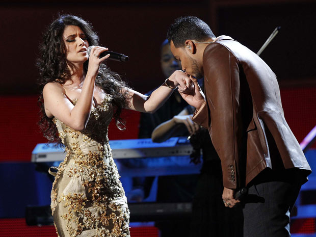 Paula Fernandes se apresenta com Romeo Santos durante premiao do Grammy Latino, em Las Vegas. (Foto: Mario Anzuoni / Reuters)