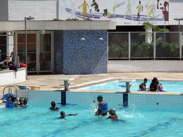 Na Rocinha, crianças sem aula aproveitam dia de sol na piscina