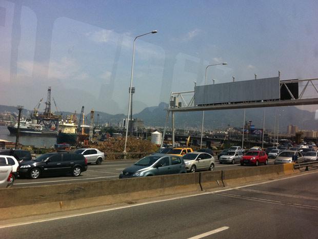 Trânsito apresenta retenções na Ponte Rio- Niterói (Foto: Tássia Thum/G1)